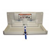 Cambiador de pañales para bebe, con estructura de polietileno en alta consistencia, resistente a los impactos; con percheras para colgar bolsos, cinturon de Nylon de seguridad. Anclado a la pared, abierto y cerrado lento; instrucciones de seguridad en 5 idiomas y Braille con gráficos universales. De fácil limpieza, medidas de 877 x 496 x 877 mm; peso de 10 Kg y soporte para 113 Kg.